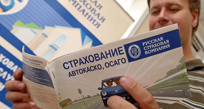 Мужчина читает брошуру